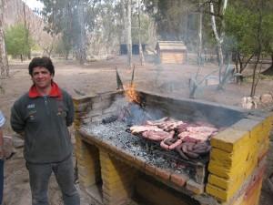 Javier gère le barbecue